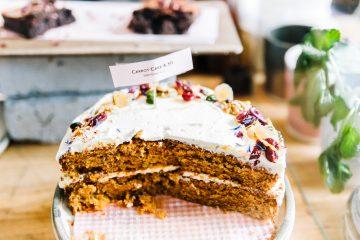 Surowe ciasto marchewkowe z kremem